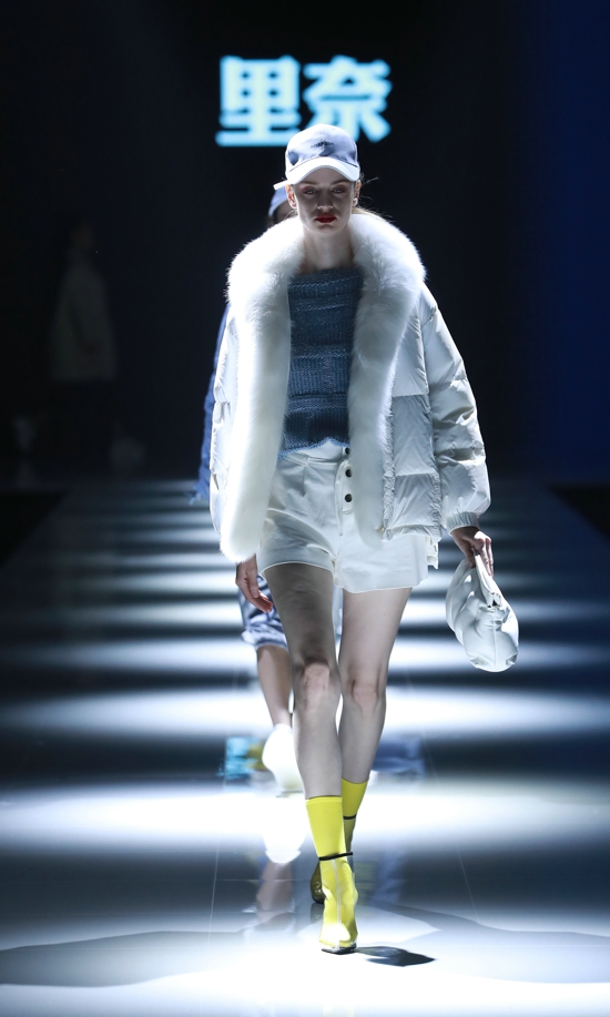 """意法国潮羽绒服登陆2019中原国际时装周 用独特""""诉说""""不凡的时尚魅力"""