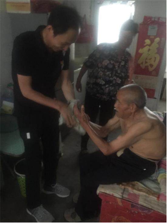 """建党98周年 苏庄村开展""""七一""""慰问困难党员主题党日活动"""