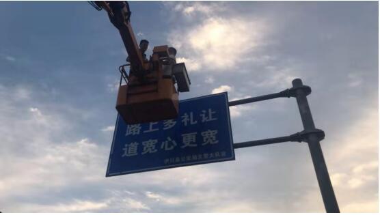 伊川一处违法广告牌被清除后再次强行安装 路保人员:金书记打了两次电话不让拆