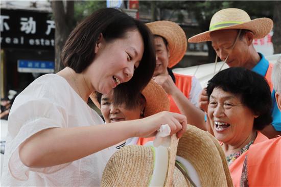 【益路华彩·清凉行动】新阶层、新担当 中华网河南联合郑州市新的社会阶层人士慰问一线交警、环卫工