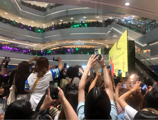 "EXO青岛粉丝见面会,粉丝300元高价争抢""小蓝瓶"""