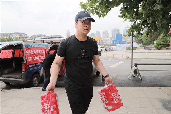 【益路华彩·清凉行动】中华网河南频道心系公益持续发力 联合爱心企业慰问交警和环卫工
