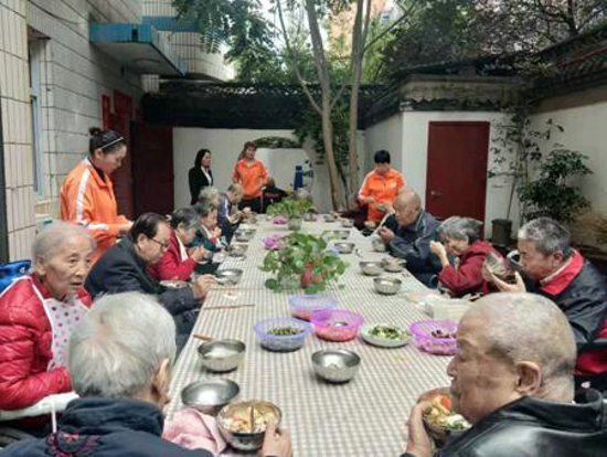 """如电缆社区助餐示范点与绿东村街道一起举办的""""同吃一碗面 共享家国情"""