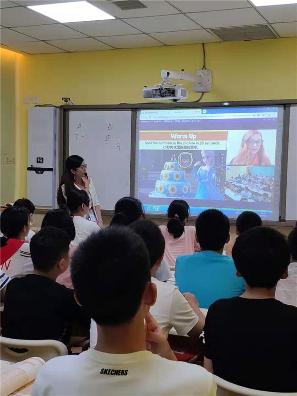 揭秘:大山外语的教室里为什么有两位老师在上课?
