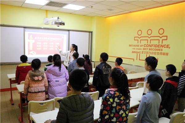 大山外语红色教育进课堂 引导学生扣好人生第一粒扣子