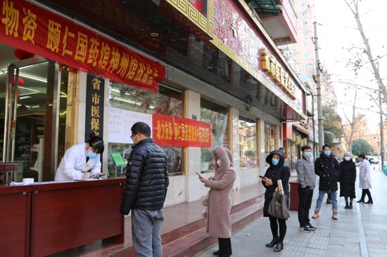 郑州市疫情防控物资投放首日 市民反馈:平价口罩真及时