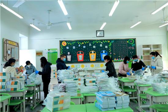 郑东新区众意路小学:停课不停学 别样发书很暖心