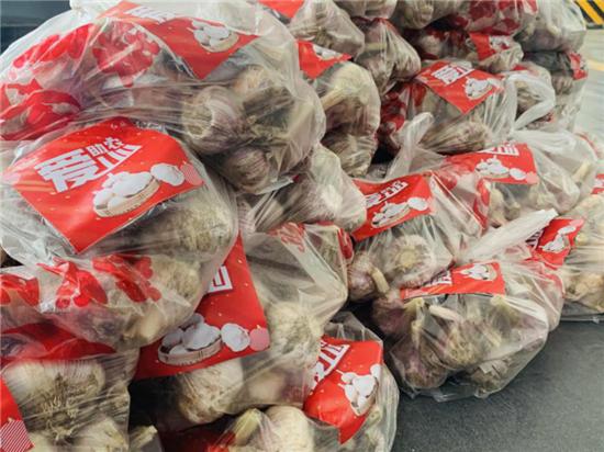 郑州大展红旗为蒜农带货 开展爱心助农行动 礼送一线环卫工