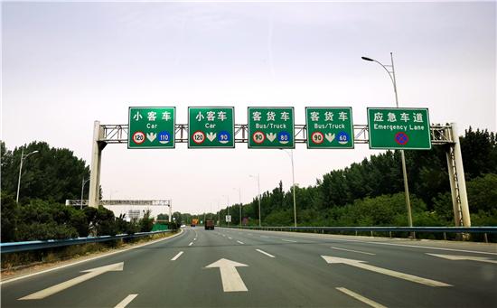河南高速交警曝光100辆不按规定车道行驶违法货运车辆 看看都有哪些