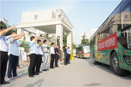 高考首日 郑州市交警二大队铁骑开道为郑州树青医学中专学子保驾护航